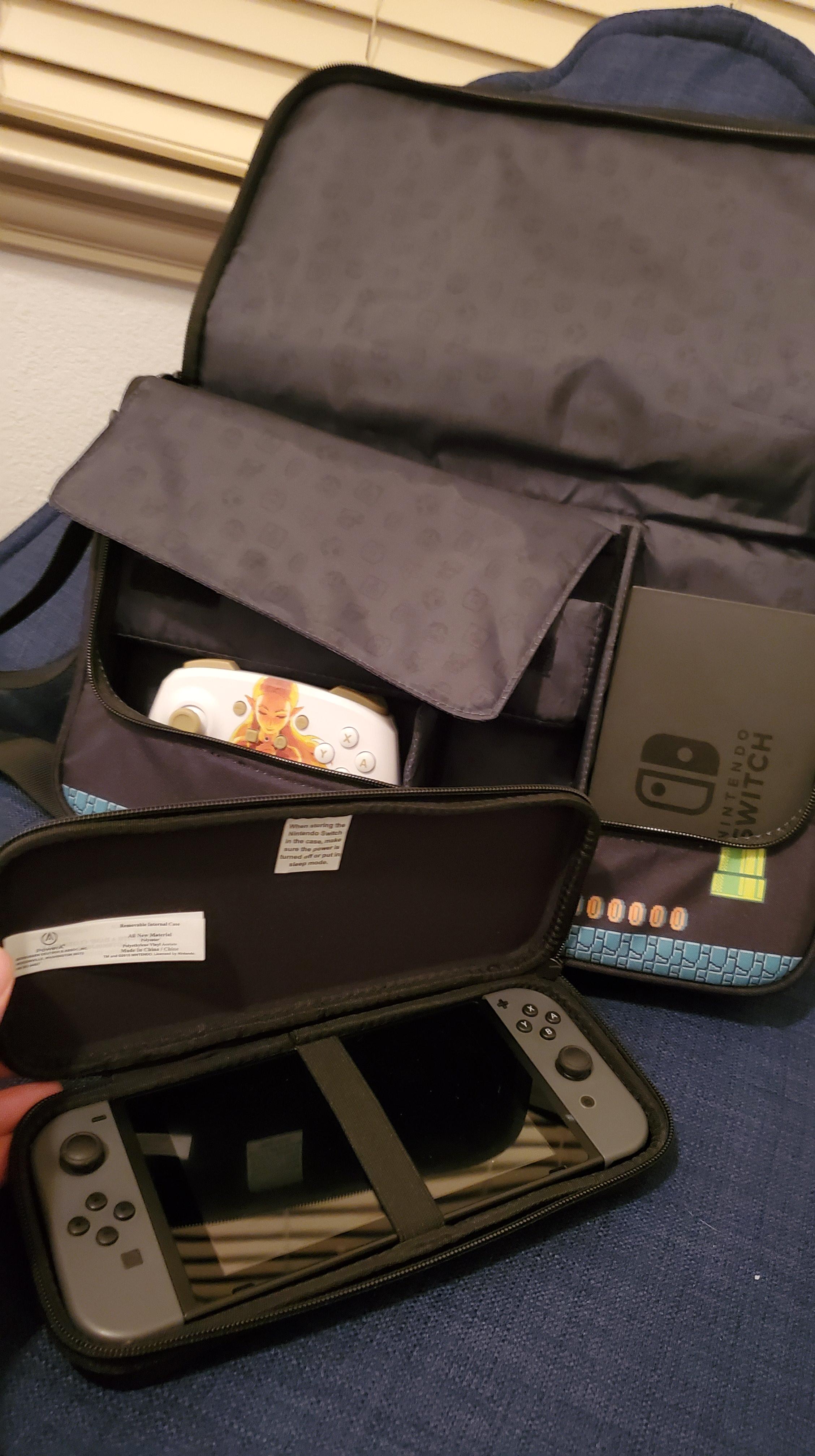 PowerA Everywhere Messenger Bag Super Mario Edition - Inside the bag